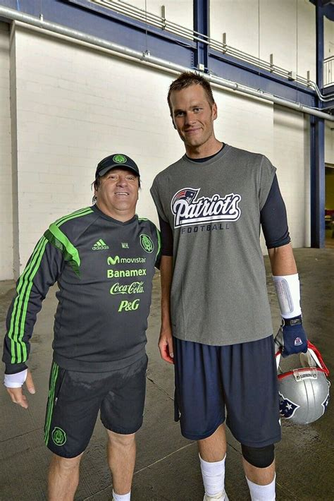 Mexico soccer coach poses with Tom Brady, pretends not to